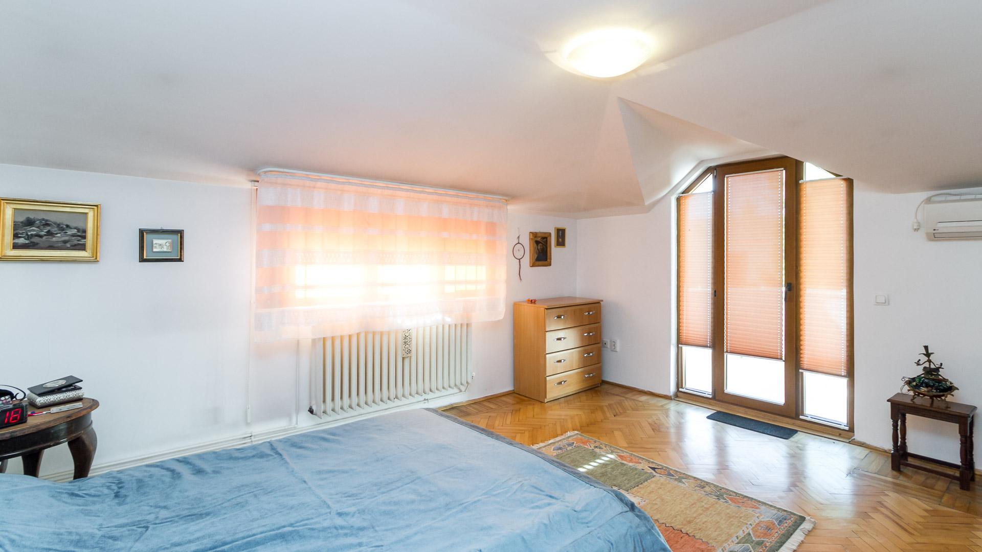 dormitor-cu-balcon-apartament-3-camere-2-bai-mansarda-vila-Tineretului