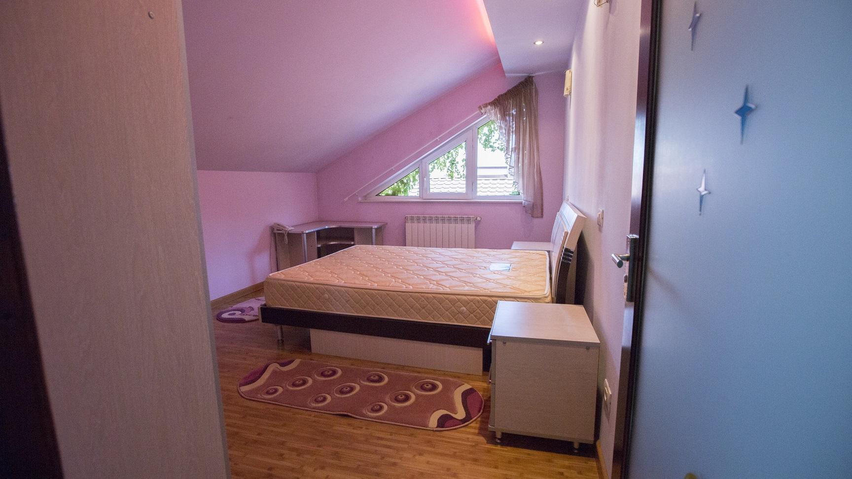 dormitor-mansarda-vila-Popesti-Leordeni
